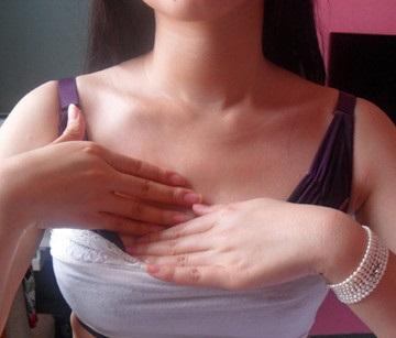 丰胸按摩手法按摩单个胸,在胸下方持续拨胸